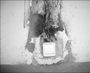 Ogolennaja-jelektroprovodka-v-kabinetah-byvshej-bolnicy